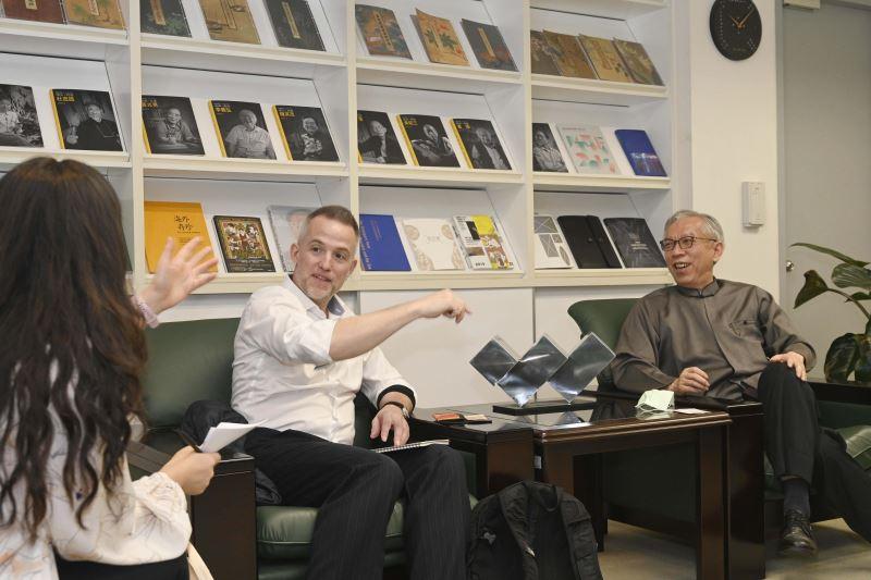 國美館梁永斐館長(右)與加拿大駐臺辦事處呂明銳處長熱絡討論