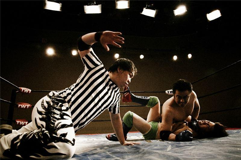 《正面迎擊》透過搖滾歌手伍佰的解說,向我們娓娓道來,摔角究竟是什麼?