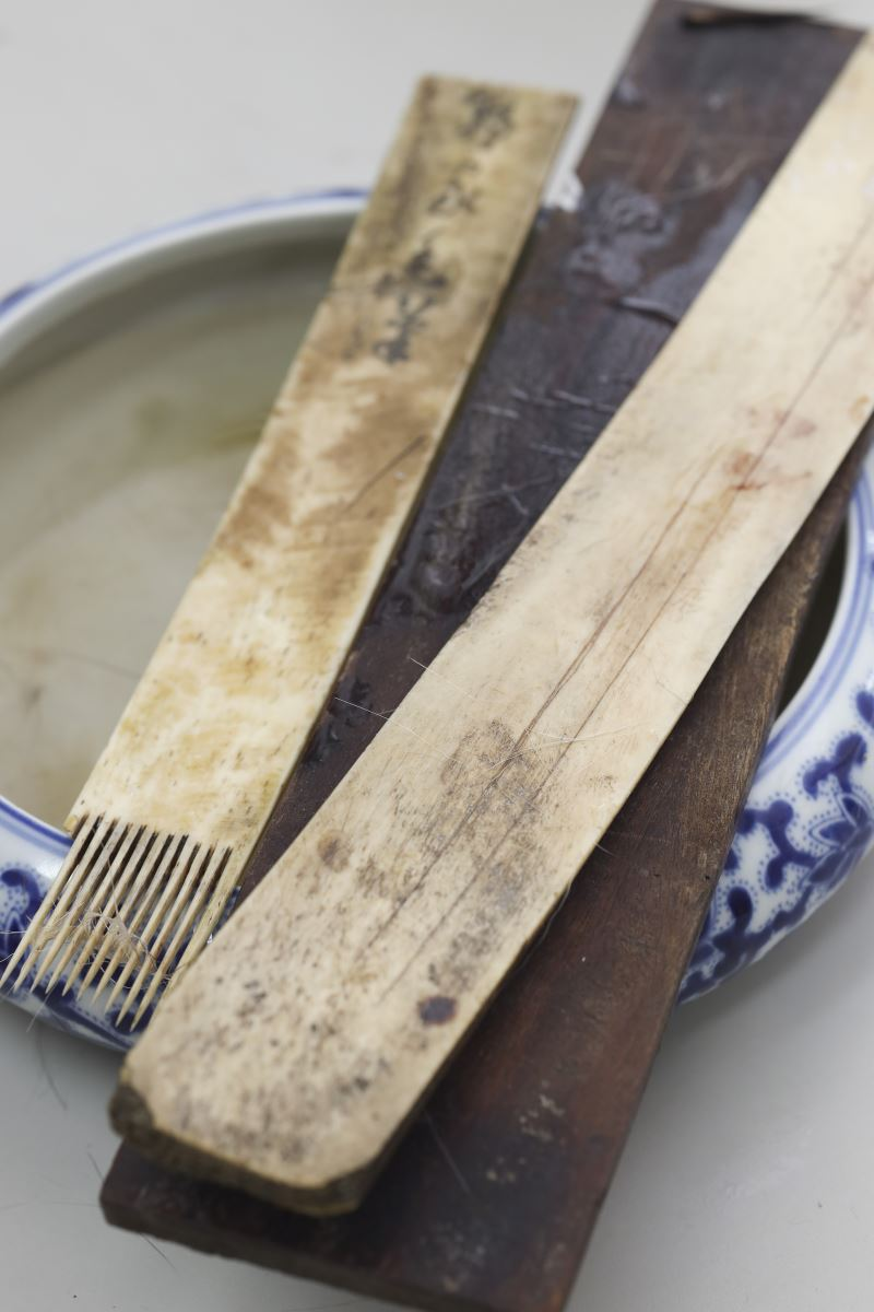 早期製作毛筆時所使用的牛骨製筆刷和齊板,筆刷可以將絨毛刷出,混毛、挑毛則是在齊板上完成。