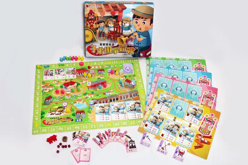 北管文化之《子弟團爭霸戰》桌遊有基礎及進階兩種版本玩法,完整遊戲時間50-60分鐘,適合2-4人、8歲以上玩家挑戰,體驗「輸人不輸陣」的拚場樂趣。
