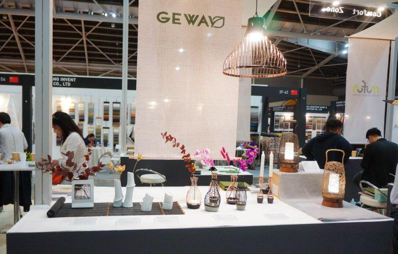 「格瑋」以「簡單」、「美好」、「品味生活」為理念詮釋台灣文化特色,以最極簡的元素,帶來全新的實用生活美學,展現居家生活的獨特品味,優雅的桌提兩用藤編燈和家飾受到歡迎。