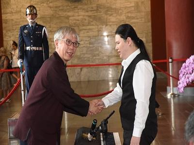 國父紀念館梁永斐館長向愛盲樂團成員致意