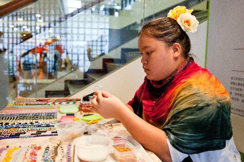 馬來西亞沙巴傳統手串珠工藝串出古老傳說與人類形狀的色彩圖案。