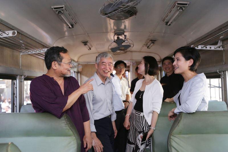 與會貴賓參觀編號DR2102號的「藍寶寶」車廂。
