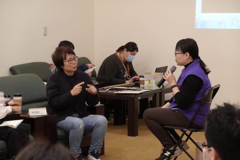 藝術家林瑋瑄透過手語表達觀點