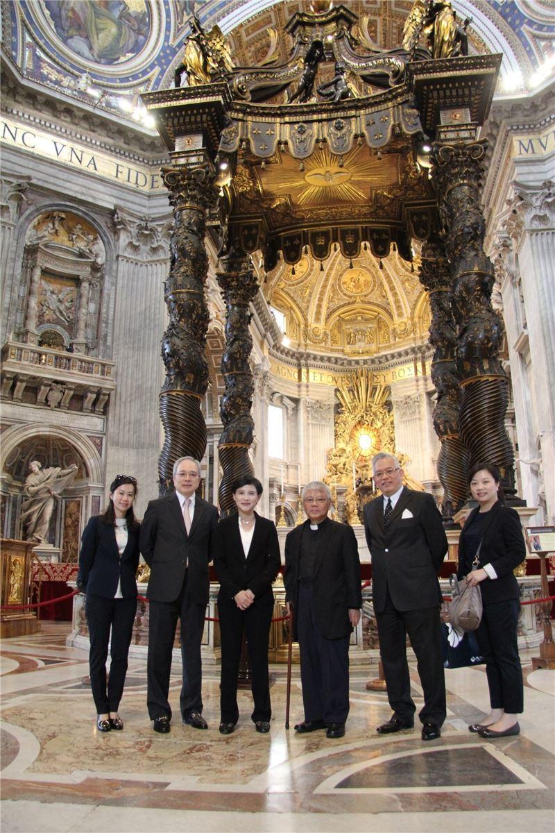 鄭麗君部長、駐教廷李世明大使(左二)及邱琮傑神父(左四)等人參觀聖伯多祿大教堂內祭臺。