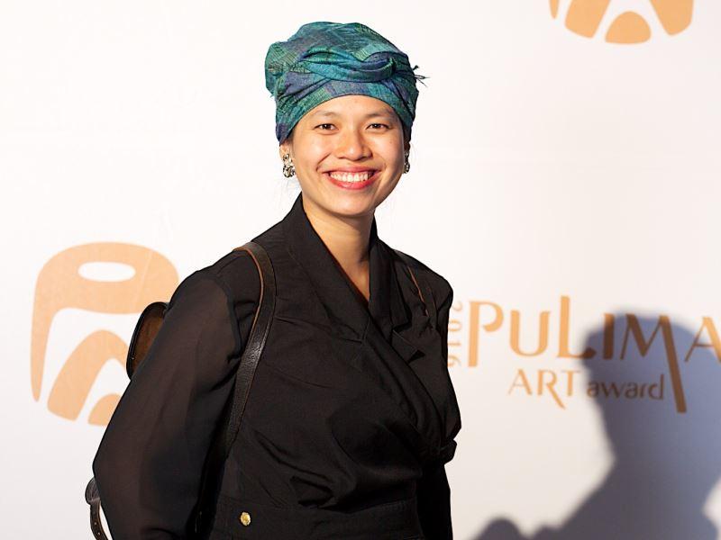 林介文(Labay Eyong) 花蓮太魯閣族人,畢業於西班牙巴塞隆納自治大學建築學院,擁有臨時空間設計學位。擅長金工與空間設計,回臺後於部落接觸耆老,與友人合作出書紀錄耆老們與編織的故事後,就此開啟了她學習部落編織的路程。2014、2016年皆獲得Pulima藝術節首獎。
