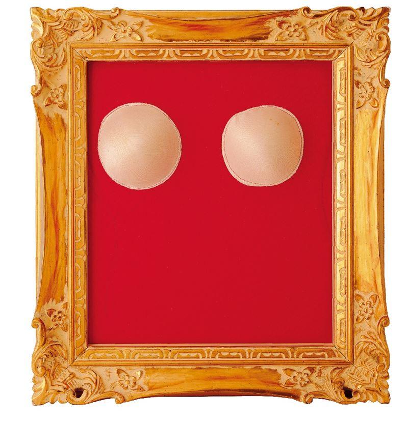 吳瑪悧〈看〉1992 紅布、海棉墊、金框 50×45×9 cm