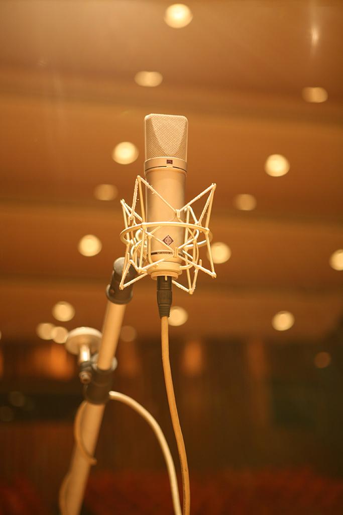 同樣聚焦布農族合唱、記錄台東霧鹿部落的《霧鹿高八度》(2003),以及花蓮瑞穗鄉富源國小原住民棒球隊的《野球孩子》(2009)均為可供對照、互通聲氣的作品。