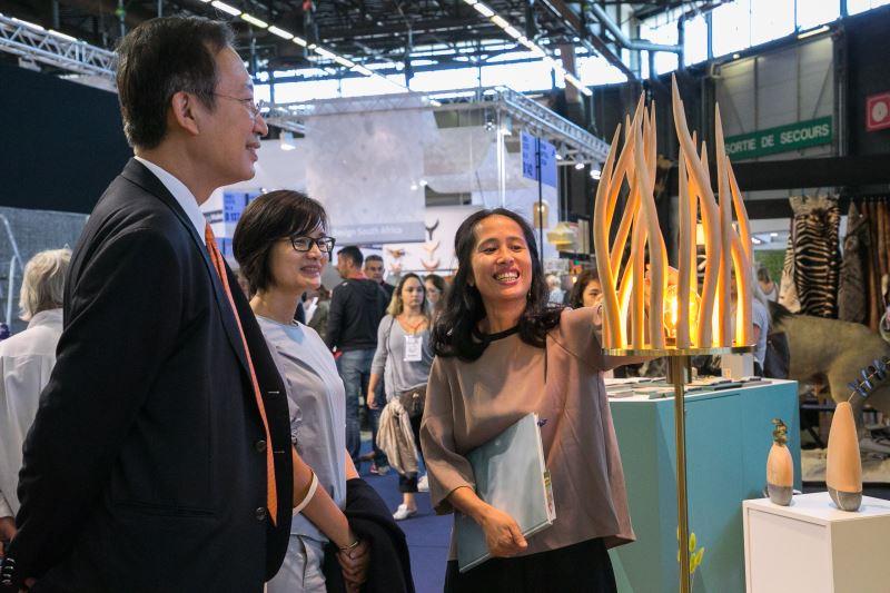 吳志中大使、連俐俐主任參觀參展品牌伊佑工作室作品