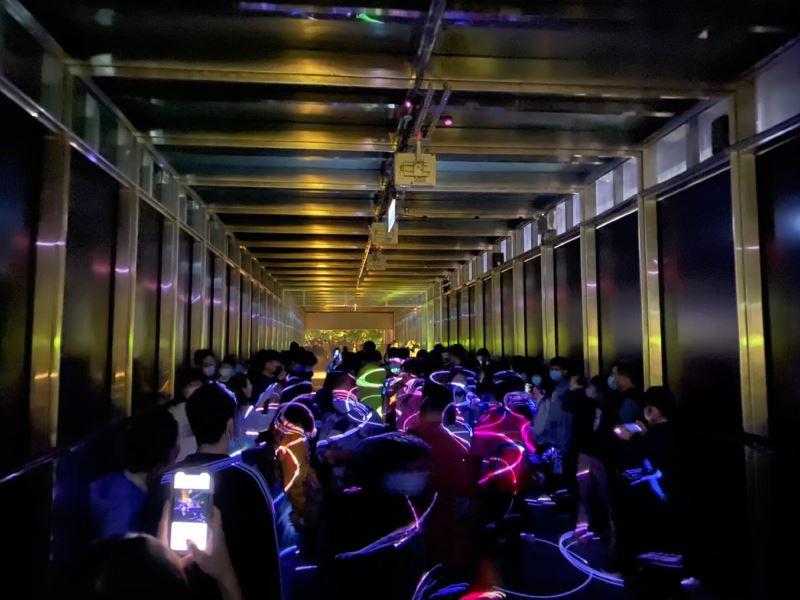 民眾參觀〈光廊〉照片
