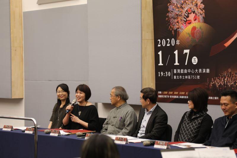 作曲家陳士惠說明如何以南管《陳三五娘》的素材創作《留傘》一曲。
