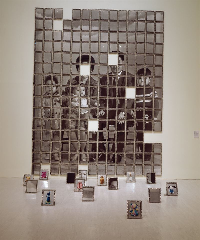 陳順築〈風中的記憶:正月初三〉2004 黑白照片、彩色照片、金屬相框、五金零件 453.5×352×300 cm