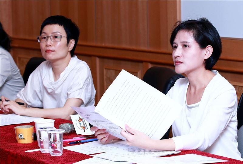 文化部長鄭麗君(右)仔細聆聽業者意見