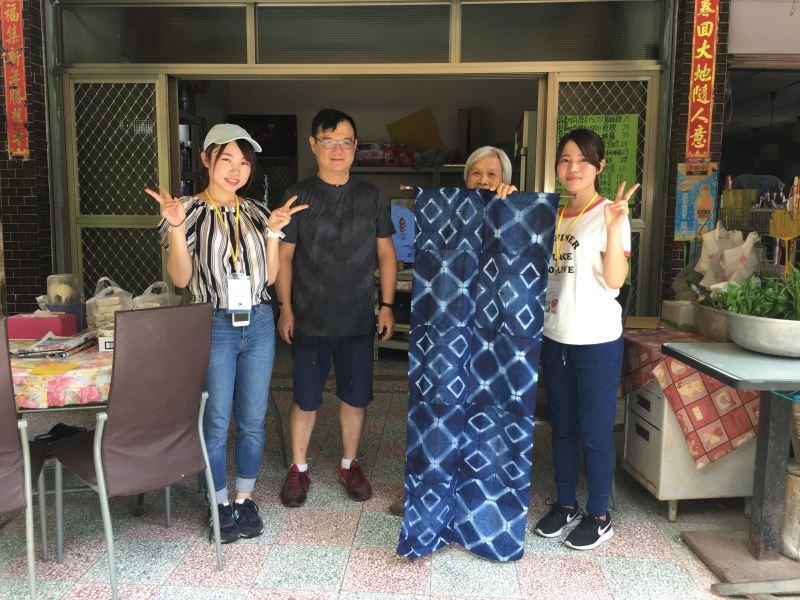 4.水源地文教基金會辦理國際工作營-與國際志工共同製做門簾送給社區居民