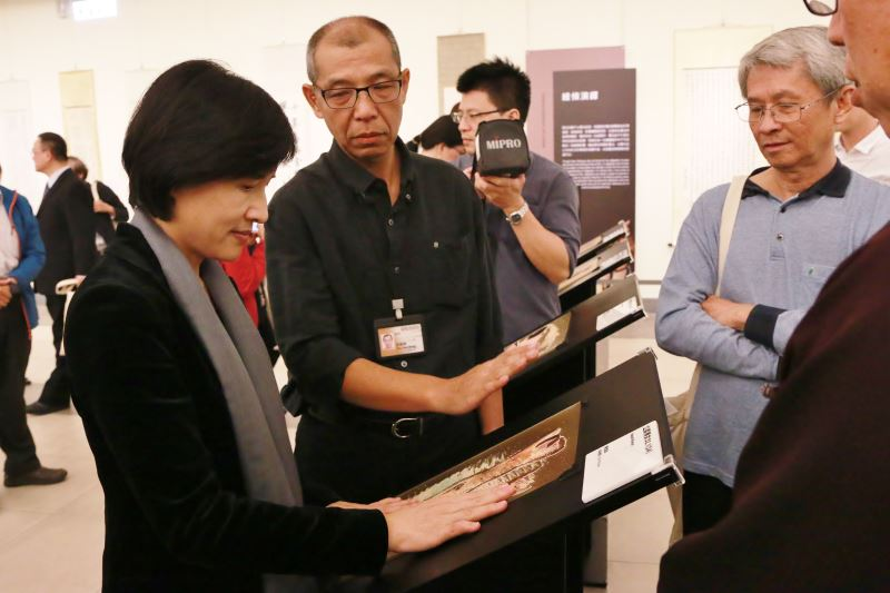 展場設有「畫作觸覺體驗區」,可以藉由指尖去感受作品的線條美感