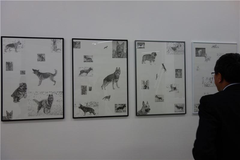 謝大使欣賞藝術家吳權倫各國牧羊犬素描畫像