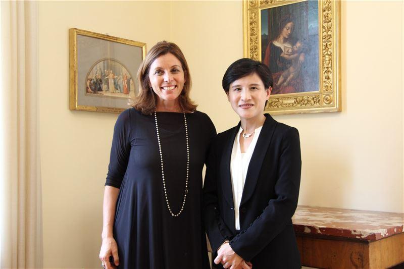文化部長鄭麗君(右)與梵蒂岡博物館館長芭芭拉.賈塔(Dr. Barbara Jatta)(左)合影