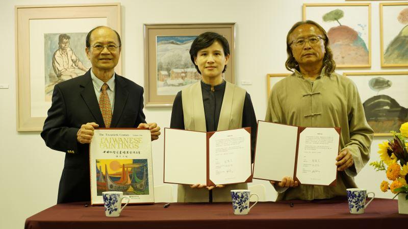 在順天美術館陳飛龍館長(右1)見證下,鄭麗君部長與許照信董事長(左1)簽署捐贈意向書