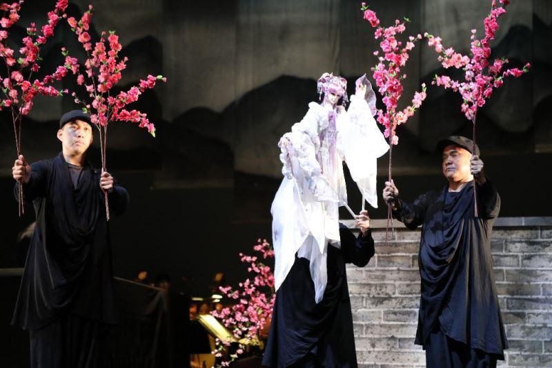 真快樂掌中劇團展現了精湛的操偶技巧。