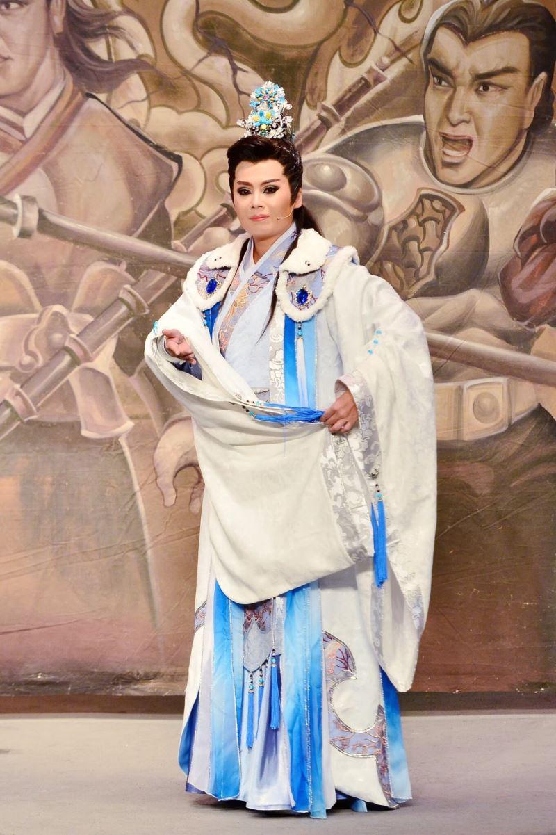 明華園黃字戲劇團當家小生翁妙嬅主演《隋唐英雄傳》。