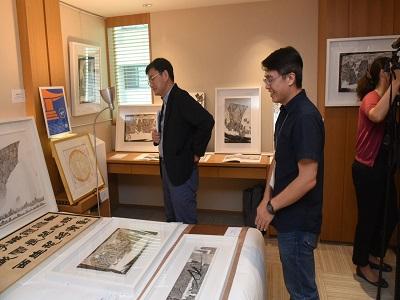 參展藝術家吳啟林向黃國書委員導覽參展作品.