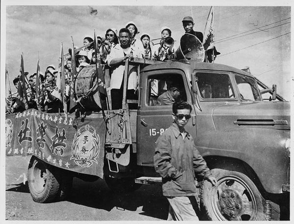 更在1956年率領演員拍攝影史首部台語片《薛平貴與王寶釧》,甚至籌辦歌仔戲學校。在這歌仔戲的黃金時代,他大刀闊斧的變革使「拱樂社」成為內台戲時期的代表,甚至掀起了台語片的拍攝熱潮。