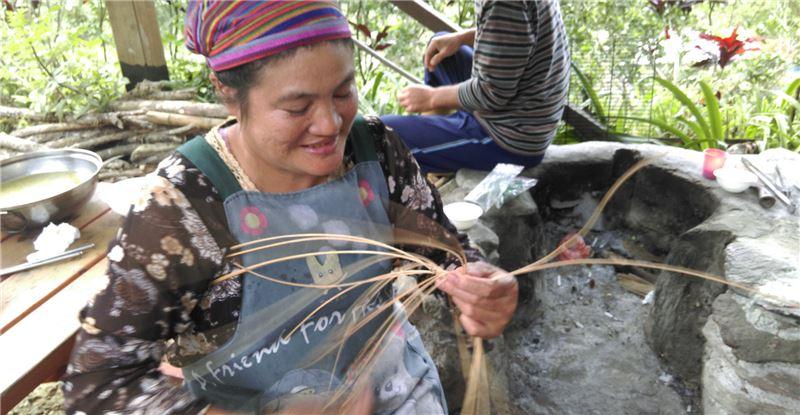 為推廣編織產業,部落邀請長老教學,從基本編法教起