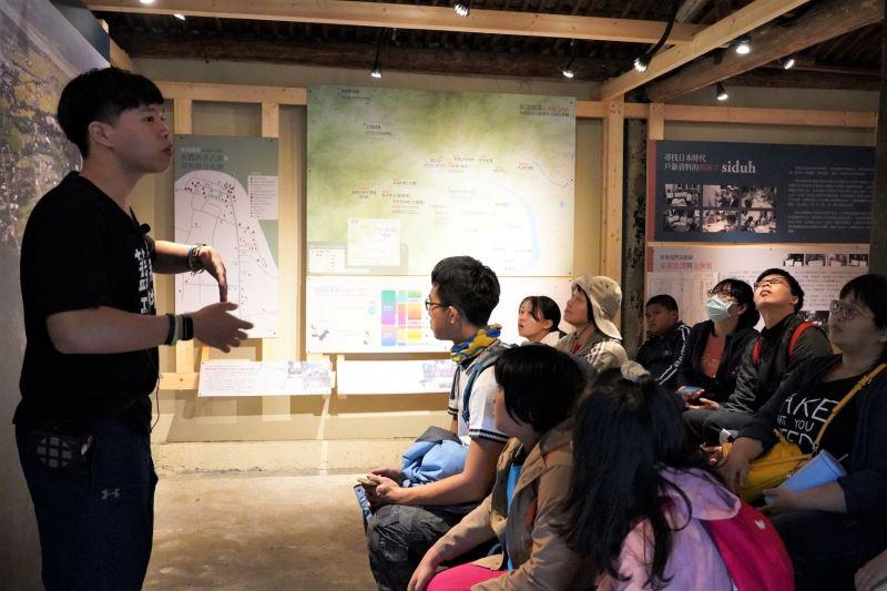 崁頂部落青年周胤龍導覽族人與史前館、臺科大建築系共同打造的崁頂3062老屋,述說部落的遷移史