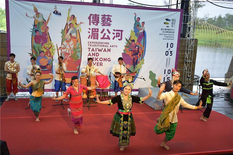 寮國傳統民俗音樂團演出五寶舞