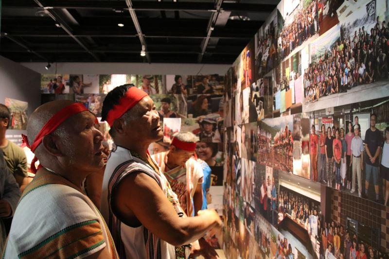 崁頂部落族人在展場中討論著崁頂百年特展的故事