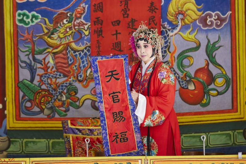 「跳加官」時,手持「加官晉祿」及「天官賜福」是扮仙戲中重要的橋段。