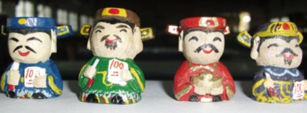 「神來一筆文昌公仔系列」,以原木純手工雕刻文昌帝君公仔筆套,符合考生族群尋求庇佑的心理