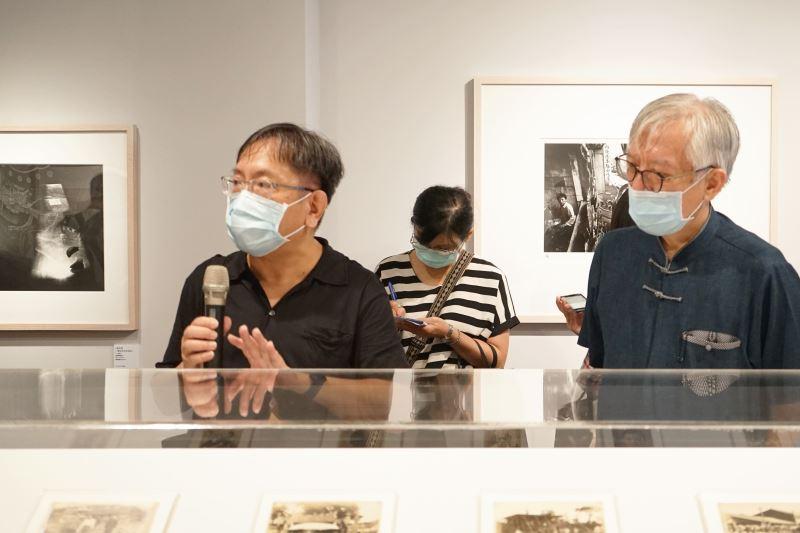 策展人黃建亮導覽展覽(左),右為梁永斐館長