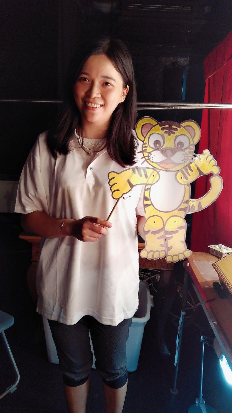 東華皮影戲團總監張淑涵自傳統劇碼「武松打虎」發想改編,並搭配製作出國稅局吉祥物「啦啦虎」戲偶。