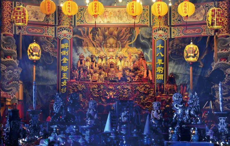 神明壇因明華園善用舞臺道具來佈置所以莊嚴且充滿戲劇色彩。