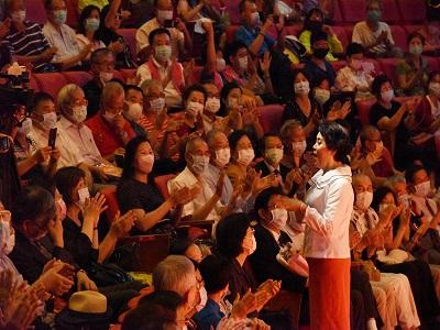 簡文秀董事長於國父紀念館「情深依舊-簡文秀唱說答問!」講座現場與2千多位觀眾歡唱.