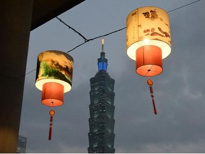 國父紀念館美麗的彩繪燈籠與101大樓相互輝映