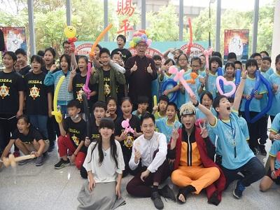 國父紀念館梁永斐館長戴造型氣球頭飾與參加活動的小朋友合影