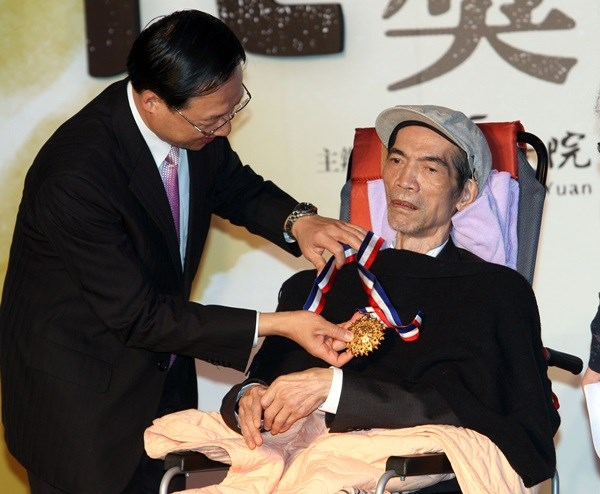 Lee was decorated with the National Cultural Award in 2013.