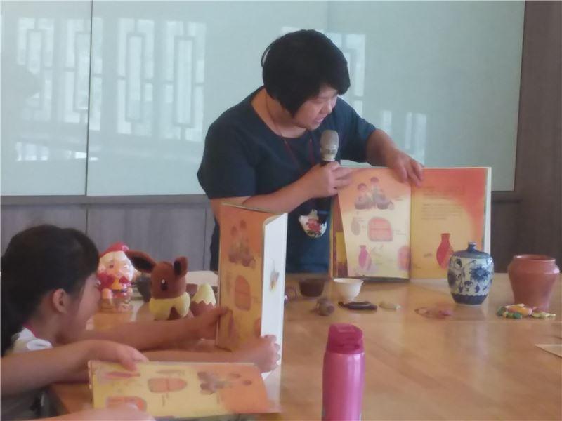 陶藝工坊老師向小朋友介紹繪本內容