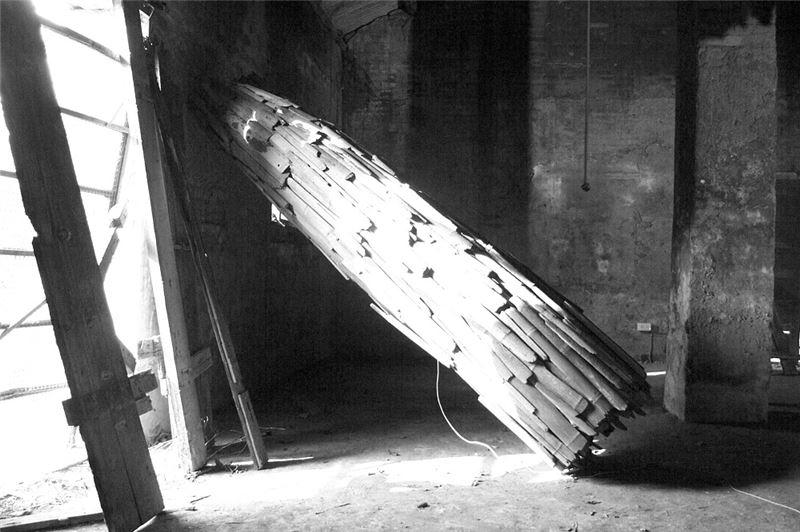 林鴻文〈無題〉2000 海漂牡蠣棚架、廢竹、音響 265×70 cm