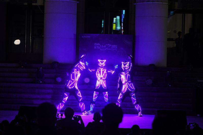 圖2_LUXY BOYZ運用前衛科技結合街舞演繹古生物的千變姿態