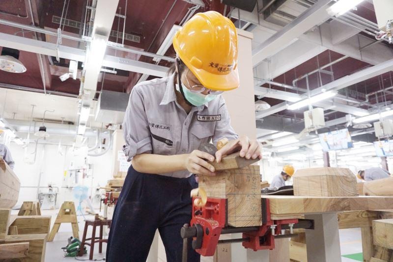 文化部文化資產局文資傳匠工坊-「2020年木作班第二期」學員對「斗」構件之實作演練