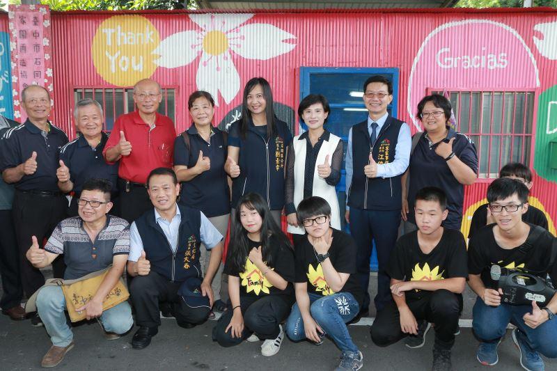 文化部長鄭麗君(後排右3)與石岡人家園再造協會成員合影
