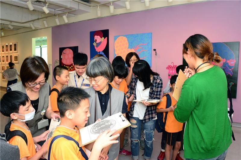 國美館近年著力推動友善平權,「非視覺探索計畫」邀請視障生感受美學