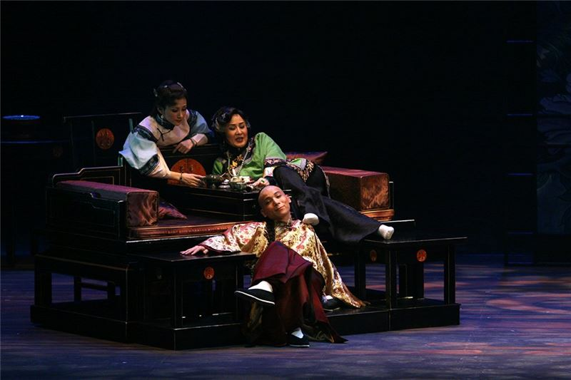 A scene from The Golden Cangue(Wei Hai-min as Tsao Chi-chiao, Chen Chin-ho as Jiang Chang-bai, Chen Mei-lan as Jian Chang-an)