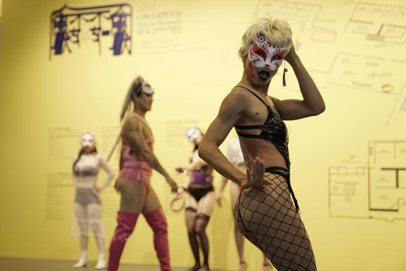 「禽獸不如─2020台雙展」開展行為演出:林人中〈狐仙逛美術館〉