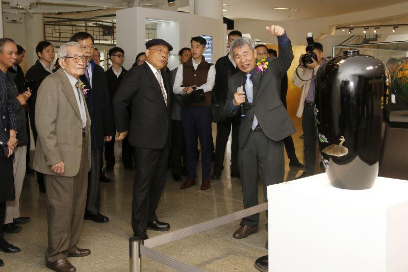 展品介紹-(左起)王清霜老師、行政院長蘇貞昌、王賢民