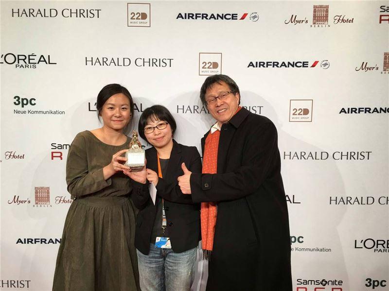 黃惠偵導演(中)紀錄片新作《日常對話》勇奪柏林影展「泰迪熊獎」
